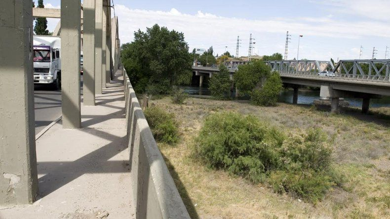 La adolescente cayó desde el puente viejo al islote que se encuentra debajo.