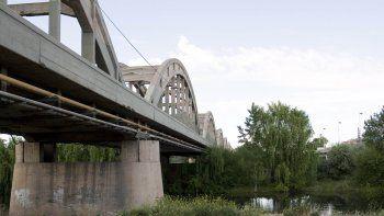rescataron a un joven que deliraba, tomaba nafta y queria tirarse al rio desde el puente
