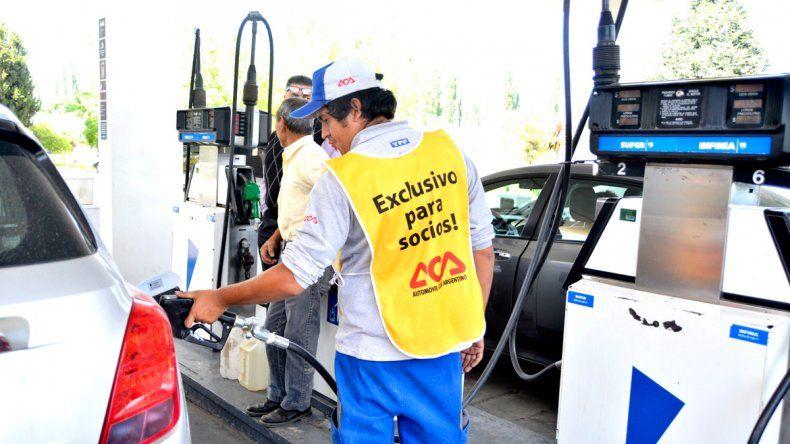 Otro golpe al bolsillo: la nafta aumentó un 6%