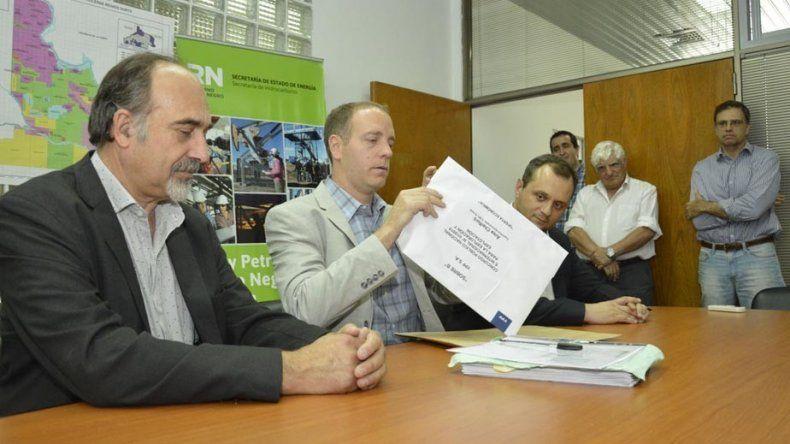 Caldiero presidió la apertura de sobre. YPF explorará en Chelforó.