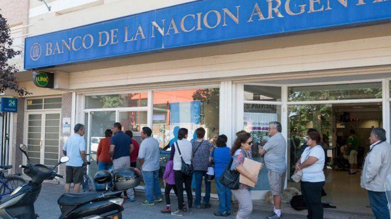Los bancarios suspenden actividades desde las 10 y amenazan con un paro total