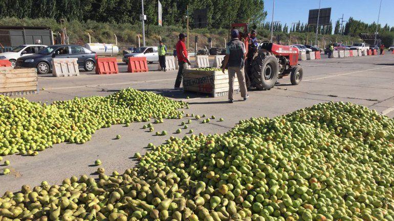 Chacareros tiraron miles de kilos de fruta en los puentes