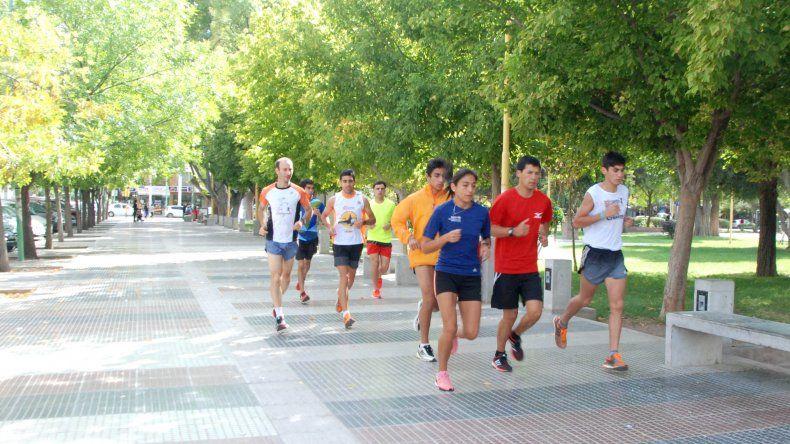 Última práctica. Los corredores de elite entrenaron esta mañana en la plaza San Martín.