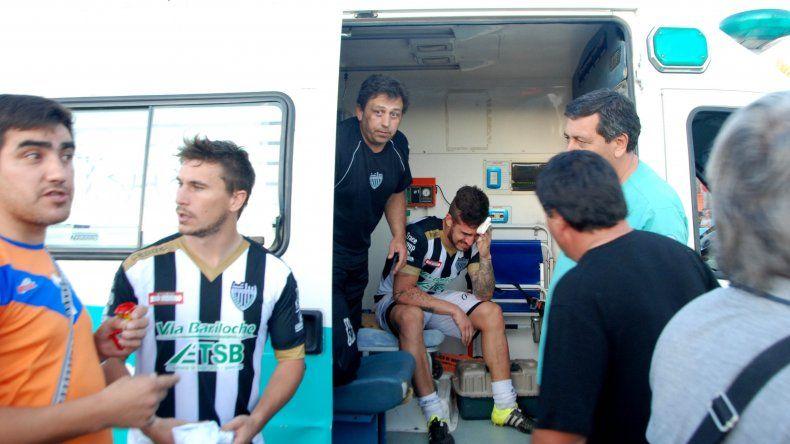 Vera fue uno de los jugadores cipoleños que debió ser asistido por la ambulancia dentro del campo de juego.