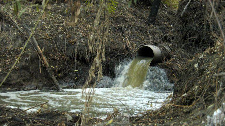 Informe de Telenoche revela grave contaminación en el Río Negro