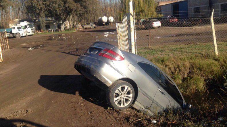 Un auto terminó adentro de un desagüe en la Ruta 151