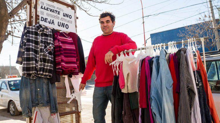 Un comerciante instaló un perchero solidario y la iniciativa es furor