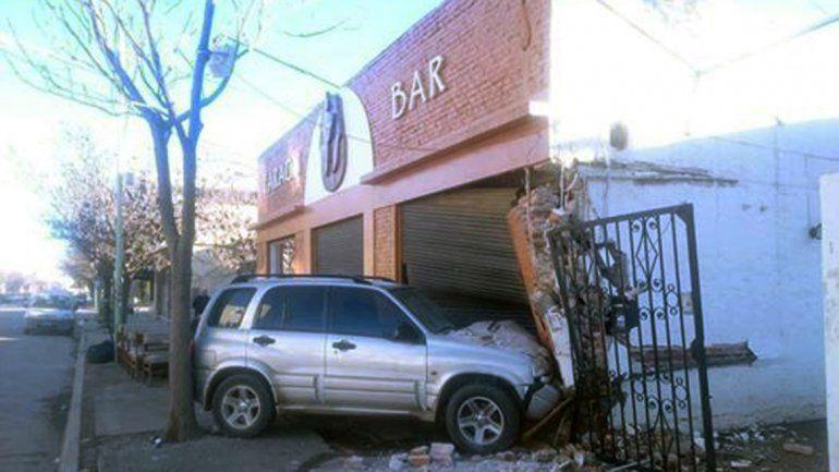 Perdió el control de su camioneta y terminó contra un bar en pleno centro de Cipolletti