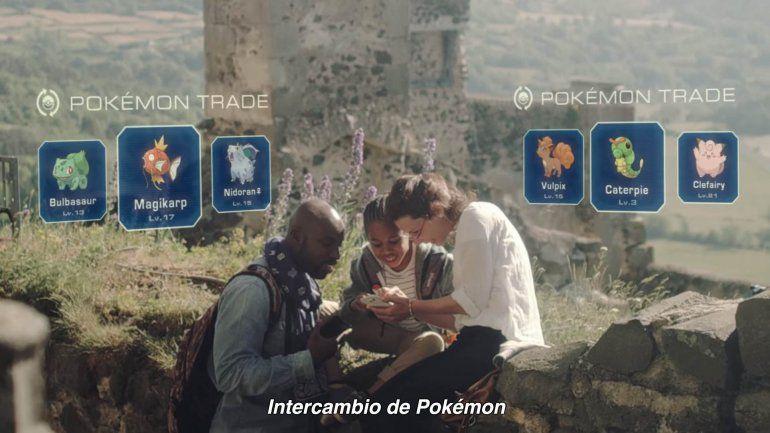 Es realidad aumentada: enfocás con la camarita y perseguís pokemones.