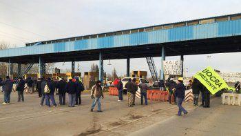uocra corta un carril en los puentes y pide obras publicas