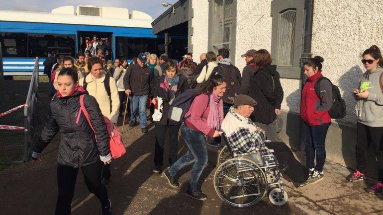 Cientos de personas se agolpan para viajar en tren