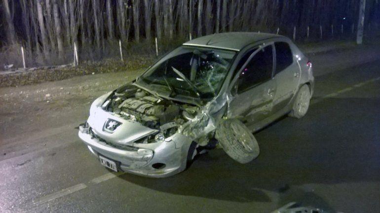 Un policía borracho pasó un semáforo en rojo y chocó