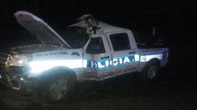 Por la lluvia, una camioneta de la policía volcó en la Ruta 65