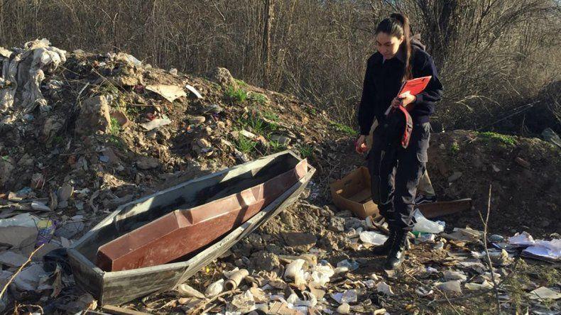 Macabro hallazgo: tiraron un féretro en un microbasural de Parque Industrial