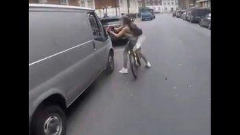 Dos hombres acosaron a una mujer y ella se vengó