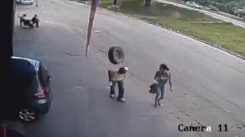 Lo golpeó una rueda mientras paseaba y quedó internado