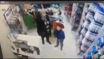 Un nene robó un celular con la ayuda de su mamá