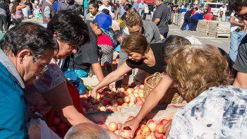 Los chacareros regalan más de 30 toneladas de manzanas