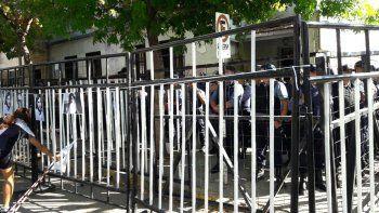un centenar de policias y una valla para proteger la comisaria cuarta