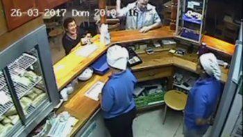 un hombre agredio a una empleada de la terminal de cipolletti y quedo escrachado por las camaras