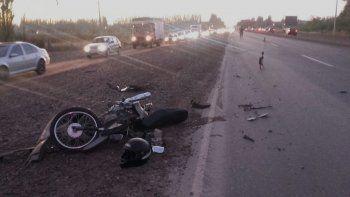 chocaron una moto y una bici, y tras el impacto casi los pisa un auto