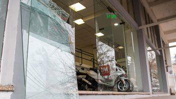 Un adolescente destruyó una vidriera y se robó una moto