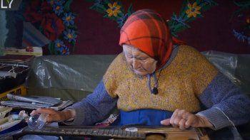 Conocé a la abuela que toca la guitarra con un foco de luz