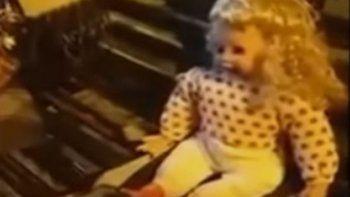 Una muñeca poseída habla y mueve la cabeza