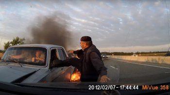 Su auto estaba por explotar y se salvaron de milagro