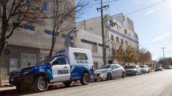 policia se pego un tiro en la pierna mientras limpiaba su arma reglamentaria