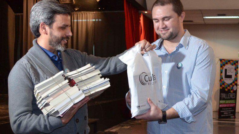 Cultura entregó libros del FER y un aporte económico a la institución.