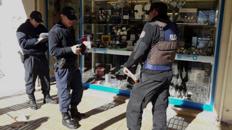 A mano armada, tres ladrones robaron una conocida joyería de Cipolletti