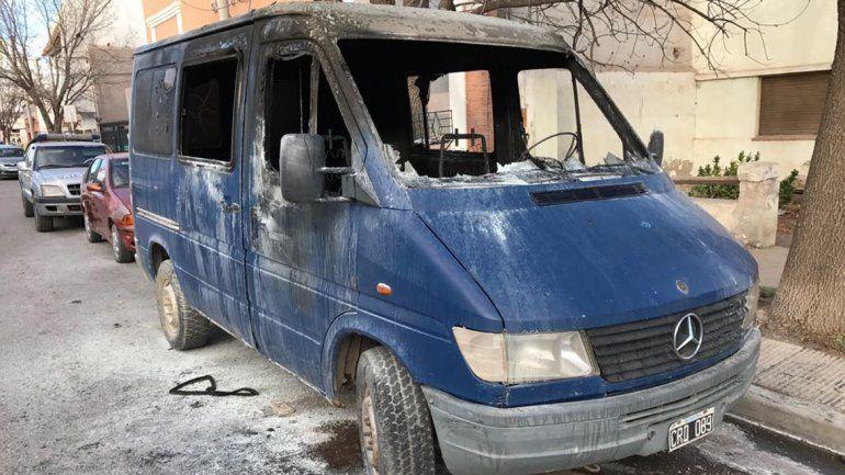 La estafó con la compra de un auto, lo agarró a martillazos y le prendió fuego la camioneta