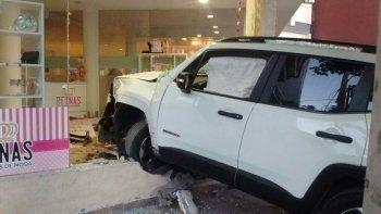 conductor borracho perdio el control y se metio con su camioneta dentro de un local comercial