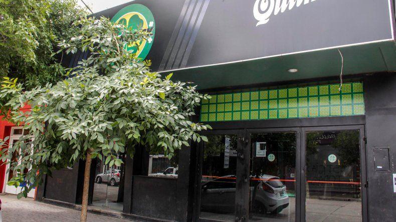Batalla campal afuera de un bar cipoleño terminó con un policía herido y tres detenidos