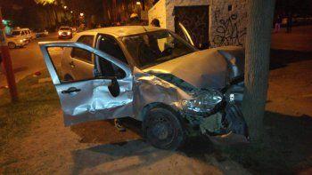 un motociclista murio al chocar contra un auto y hay otro herido
