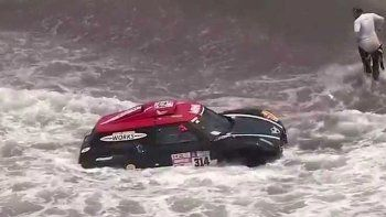 dakar: tirosu auto al mar para evitar un incendio