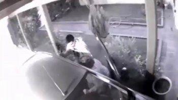 asi asaltaron a punta de pistola a una mujer cuando entraba a su casa