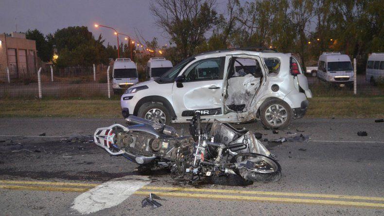 La moto quedó totalmente destruida tras el violento impacto.