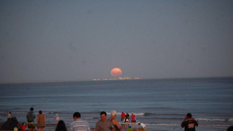 Una postal para el recuerdo: así se vio la superluna de sangre en Las Grutas
