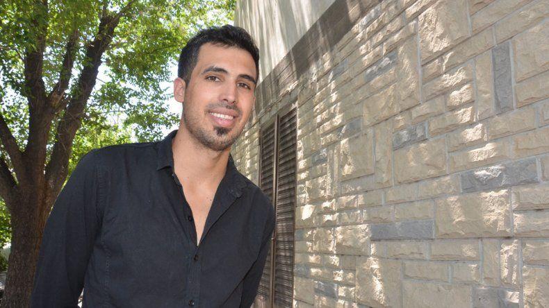 Sebastián Elcano es un joven odontólogo e investigador de 27 años que actualmente reside en Fernández Oro.
