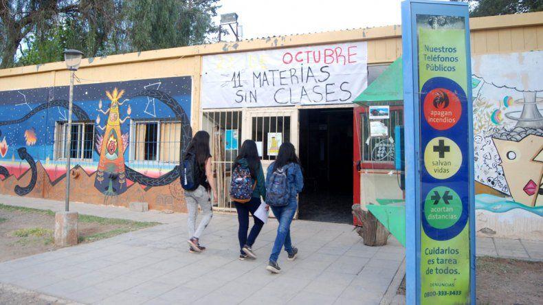 Estudiantes hipoacúsicos no pueden cursar por falta de intérpretes en la UNCo