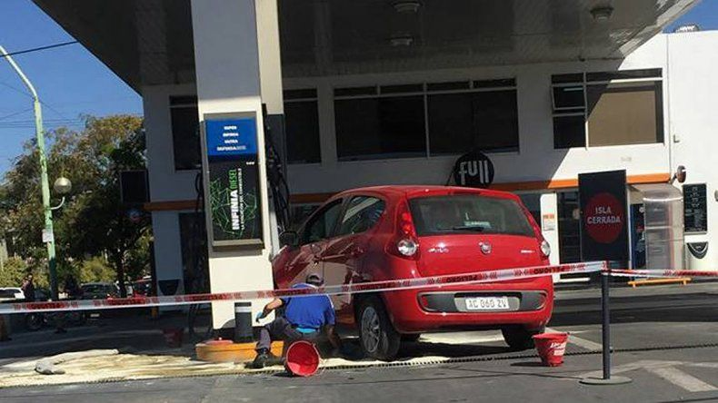 Un despistado calculó mal y se tragó el  surtidor de nafta