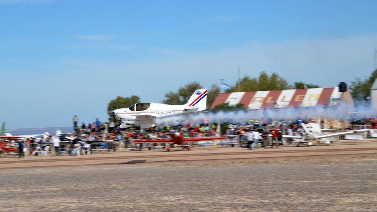 Cientos de personas asisten al festival aéreo de Allen.