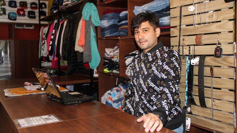 Marcos Castellano y su pareja donaron las prendas porque prefirieron no sacarles el precio de costo.