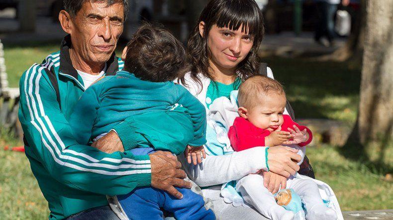 Se tuvieron que ir de la toma y viven en una plaza con sus bebés
