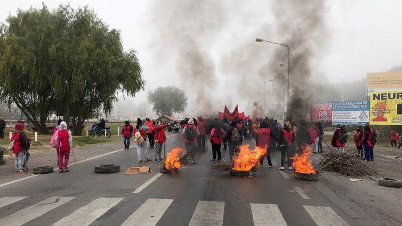 Organizaciones realizan un bloqueo total en el puente