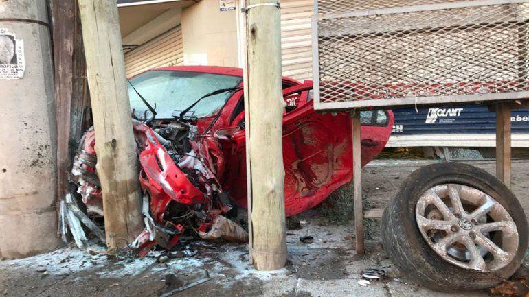 Se salvaron de milagro: perdieron el control, chocaron autos estacionados y se incrustaron en un poste