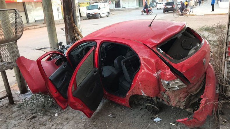 Así circulaba el auto que se incrustó en un poste y destruyó varios locales comerciales