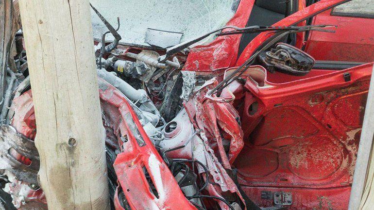 El auto quedó destrozado contra un comercio